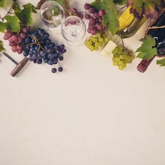 Composition de vin sur fond rustique, plat, vue de dessus