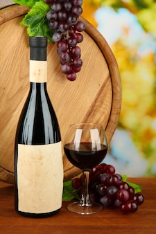 Composition de vin, de tonneau en bois et de raisin, sur fond clair