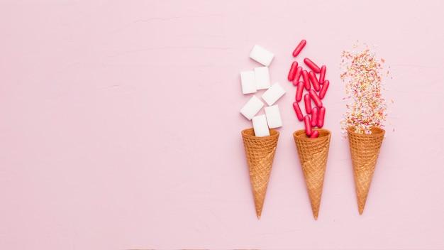 Composition de vinaigrettes au sucre, pilules rouges et cornets de glace