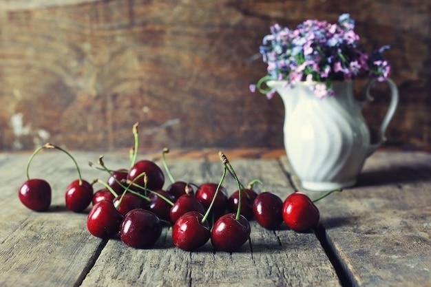 Composition vintage cerise berry sur fond de bois