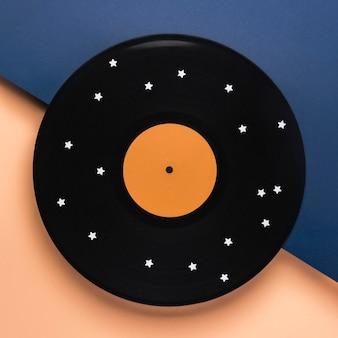Composition de vinyle noir à plat avec des étoiles blanches