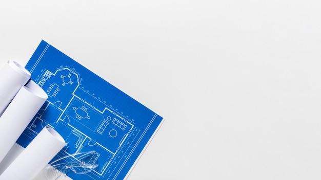 Composition vue de dessus de différents éléments architecturaux avec espace copie