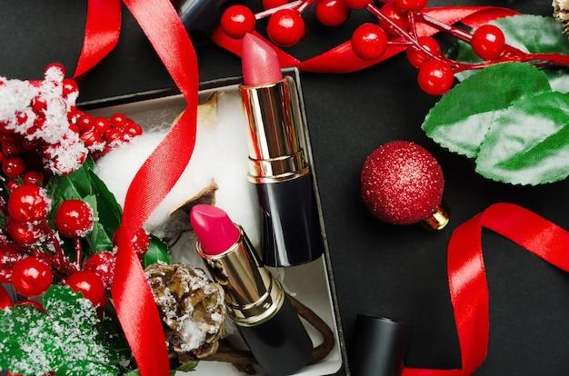 Composition de vue de dessus de rouges à lèvres rouges et roses.