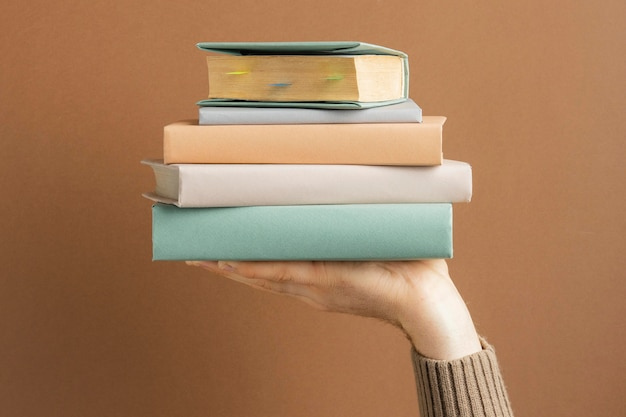 Composition vue de face avec différents livres