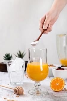 Composition vue de face avec smoothie à l'orange fraîche