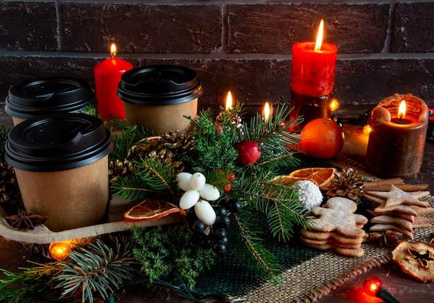 Compositions de noël et du nouvel an sur fond marron, espace de copie de pain d'épice d'épinette plat l ...