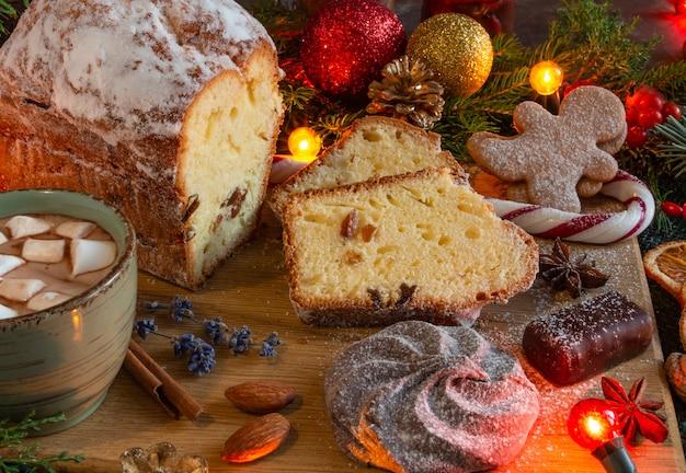Compositions de noël et du nouvel an sur fond marron, espace de copie de pain d'épice de gâteau de noël...