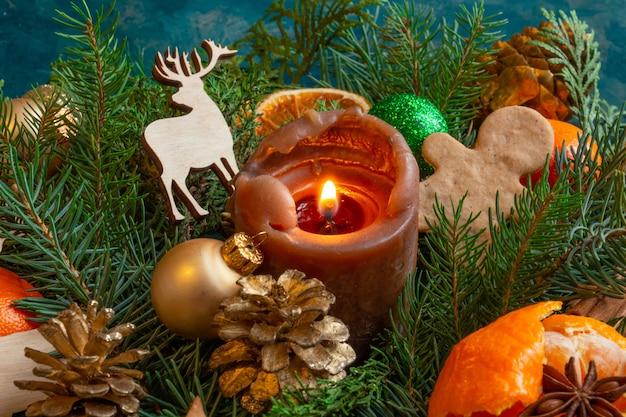 Compositions de noël et du nouvel an sur un fond vert mandarines oranges pain d'épice copie s ...