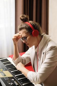 Une compositrice souffre d'épuisement créatif lors d'une écriture musicale