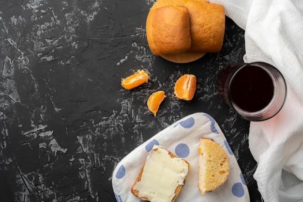 Compote bouillie à la maison et petits pains légers sur une surface grunge