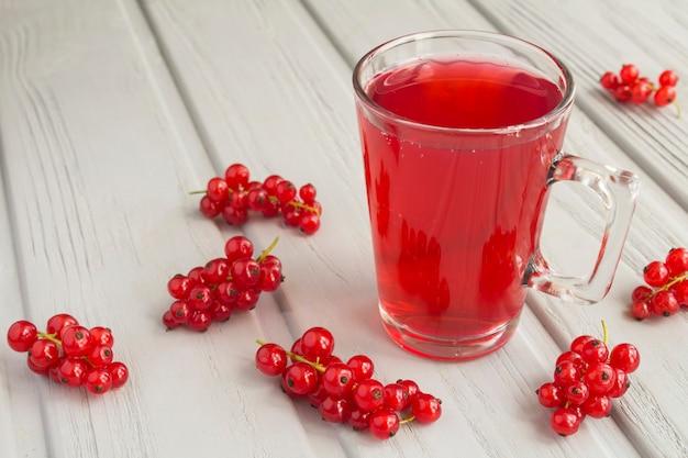 Compote de groseilles rouges dans la tasse en verre