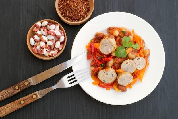 Compote de haricots avec des légumes et des saucisses