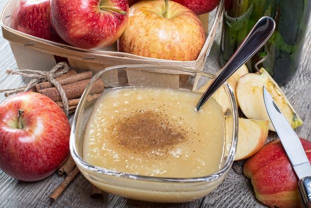 Compote de pommes bio saine à la cannelle