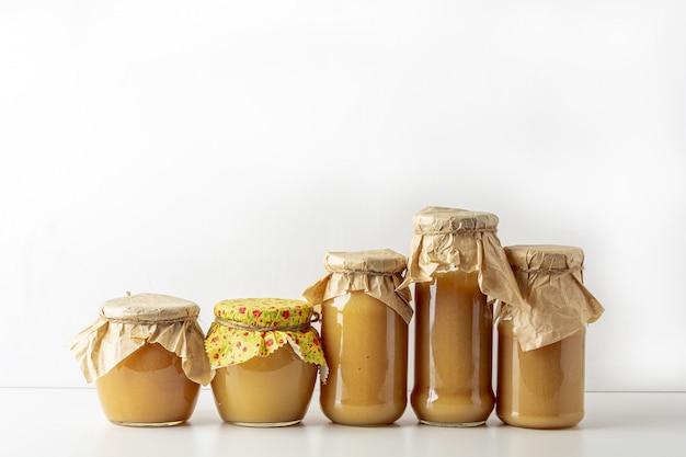 Compote de pommes en conserve et conservée dans des bocaux en verre purée de fruits