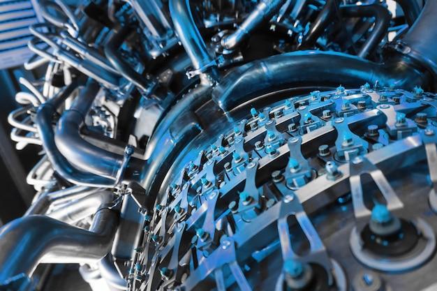 Compresseur à turbine à gaz pour la production d'électricité sur la plate-forme offshore de traitement central du pétrole et du gaz.