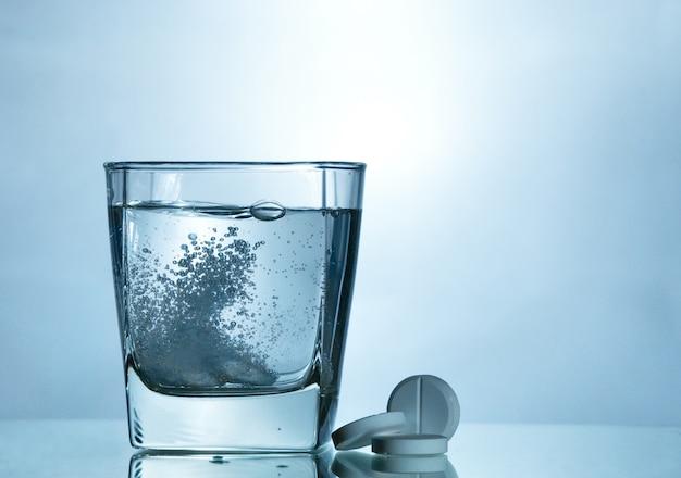 Comprimé effervescent dans un verre à bulle