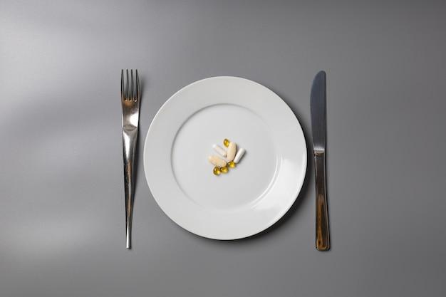 Comprimés sur une assiette comme repas