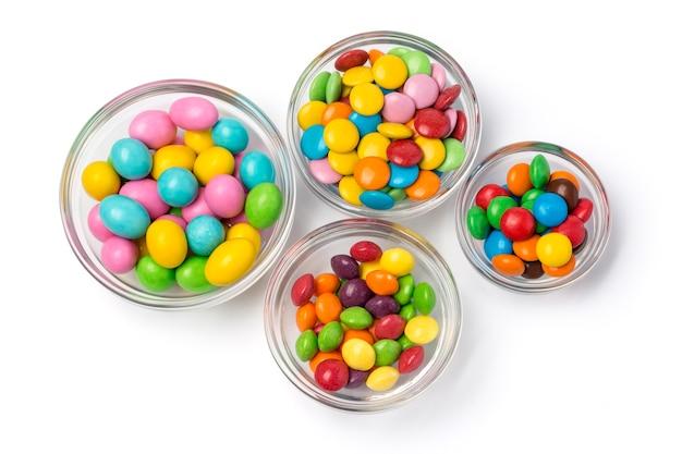 Comprimés de bonbons au chocolat colorés isolés sur fond blanc