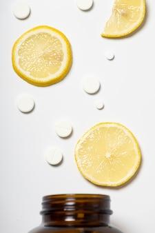 Comprimés et citron d'un pot
