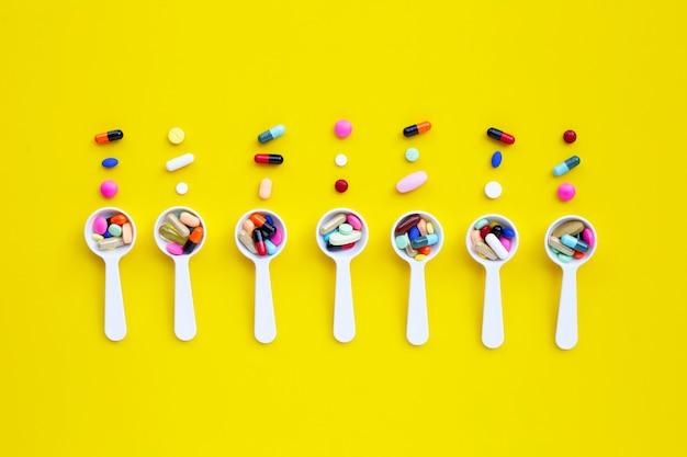 Comprimés colorés avec des capsules et des pilules