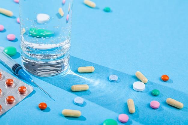Comprimés dispersés colorés, verre à eau