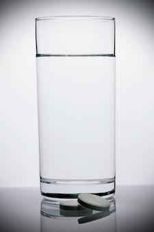 Comprimés effervescents et un verre d'eau