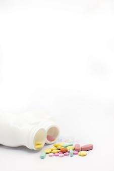 Comprimés médicaux colorés sur fond blanc
