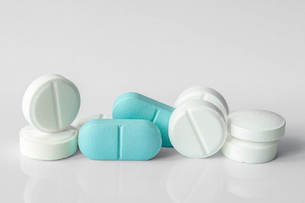 Comprimés ou pilules blancs et bleus ou médicaments ou drogues