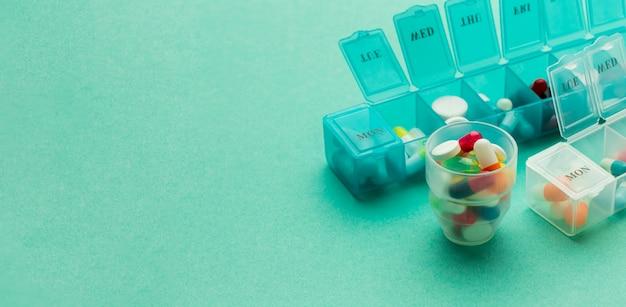 Comprimés avec des pilules quotidiennes