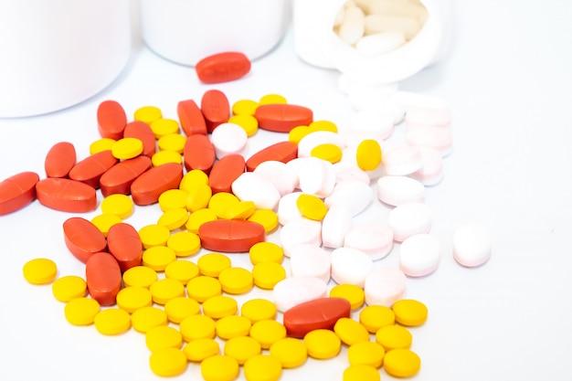 Comprimés roses et flacons de médicament blancs
