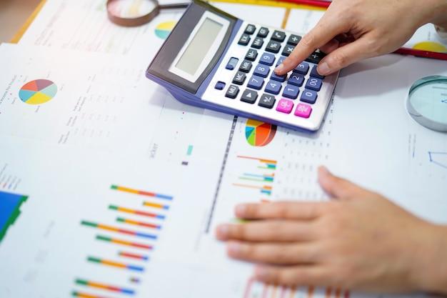 Comptabilité comptable de projet de travail avec graphique dans le bureau moderne.