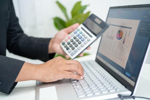 Comptable asiatique travaillant et analysant la comptabilité du projet de rapports financiers