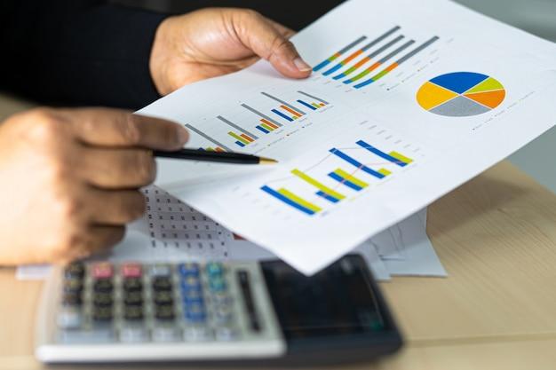 Comptable asiatique travaillant et analysant les rapports financiers