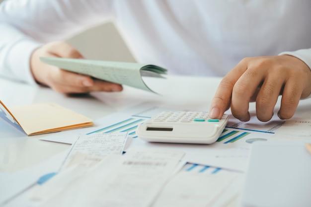 Le comptable ou le banquier calcule la facture en espèces.