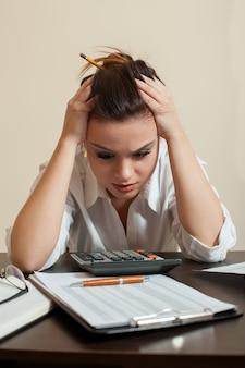 Un comptable effrayé regarde le bilan