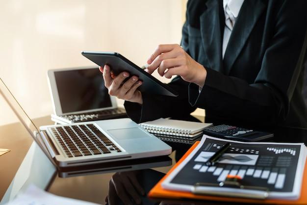 Un comptable d'entreprise ou un expert financier analyse le graphique du rapport d'activité et le tableau des finances. affaires bancaires et études boursières. au bureau
