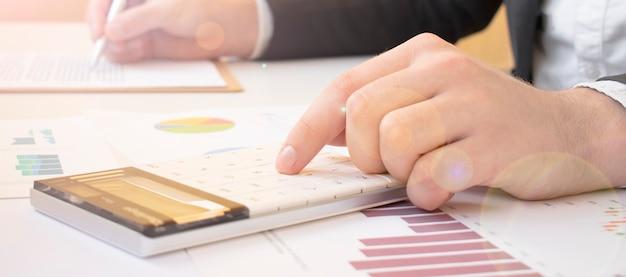 Comptable réussi travaillant avec des données financières au bureau