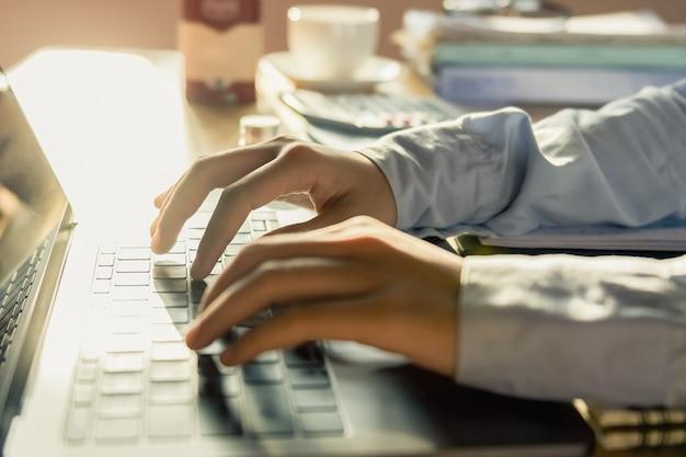 Comptable travaillant au bureau en utilisant un ordinateur portable
