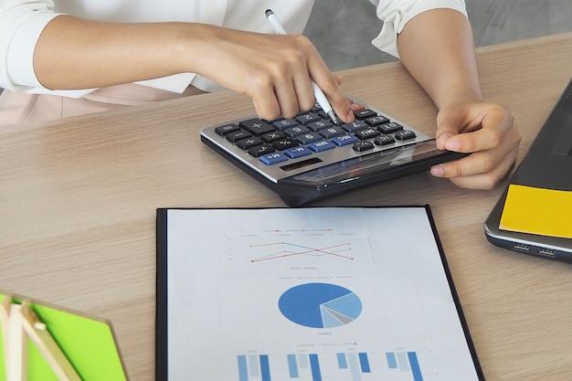 Le comptable utilise une calculatrice