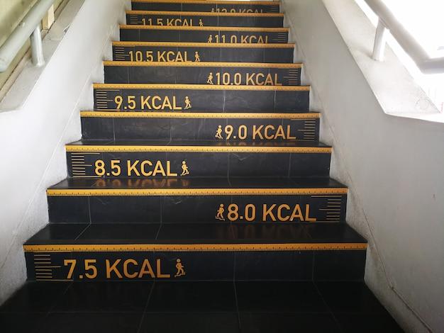 Comptage des calories à l'escalier dans un bureau tout droit