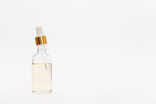 Compte-gouttes bouteille en verre maquette. pipette osmétique sur fond blanc.