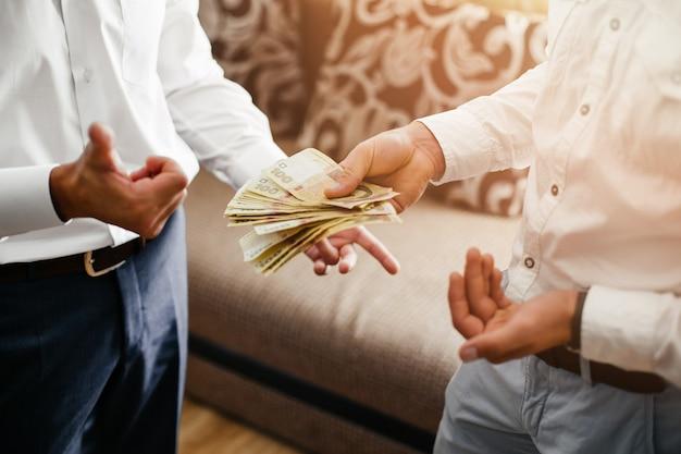 Compter l'argent - concept d'affaires, de finances, d'épargne, de banque et de personnes