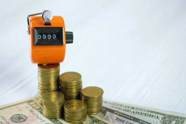Compteur de comptage ou machine à compter avec numéro 0000, pièce de monnaie et billet de banque