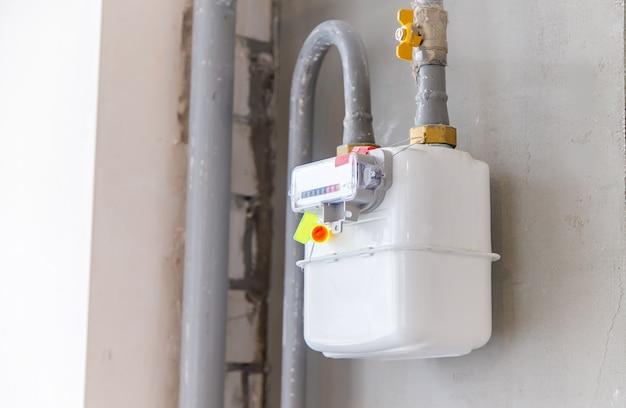 Compteur de gaz sur le mur de la maison. mise au point sélective.