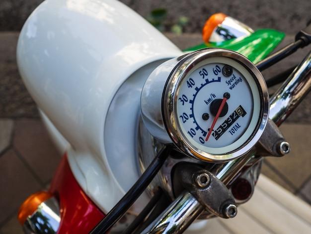 Compteur de vitesse sur un cyclomoteur. cyclomoteur à l'ancienne