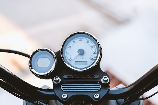 Compteur de vitesse gros plan en détail sur une moto vintage