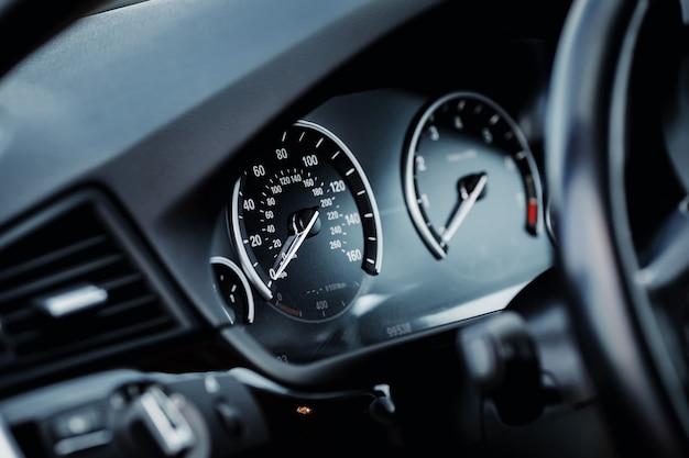 Compteur de vitesse de kilométrage de voiture moderne