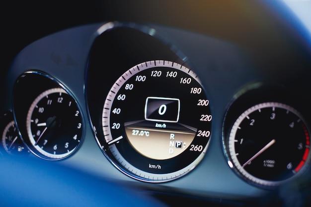 Compteur de vitesse de voiture moderne se bouchent.