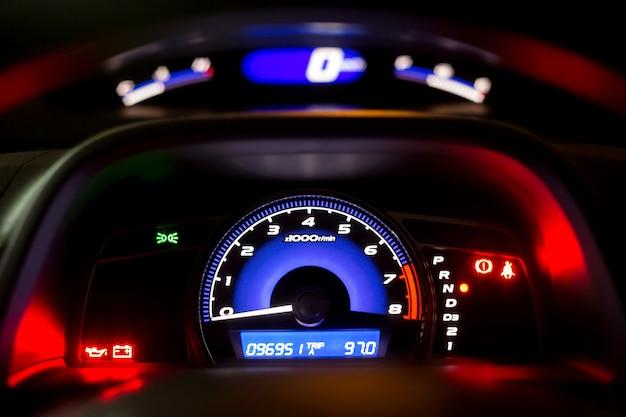 Compteur de vitesse de la voiture la nuit, intérieur moderne dans la voiture.