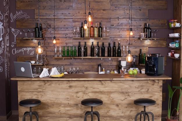 Comptoir de bar de café avec des bouteilles de vin. design moderne. ambiance vintage.